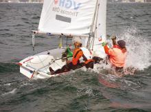 Trimmmöglichkeiten für Umsteiger vom Optimisten und anspruchsvolle Segeleigenschaften sorgen bei der Jugendjolle Teeny auch 30 Jahre nach ihrer Vorstellung noch für große Regattafelder.