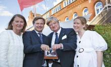 """Undine, Martin, Harald und Anna Baum freuen sich über den Preis, mit dem das Familienunternehmen Pantaenius vom Verband """"Die Familienunternehmer"""" geehrt wurde."""