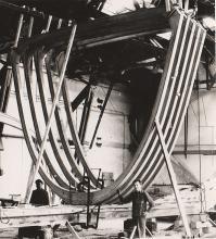 Spanten und Kiel des Küstenminensuchers. Die abgebildeten Bootsbauer verdeutlichen die Größenverhältnisse