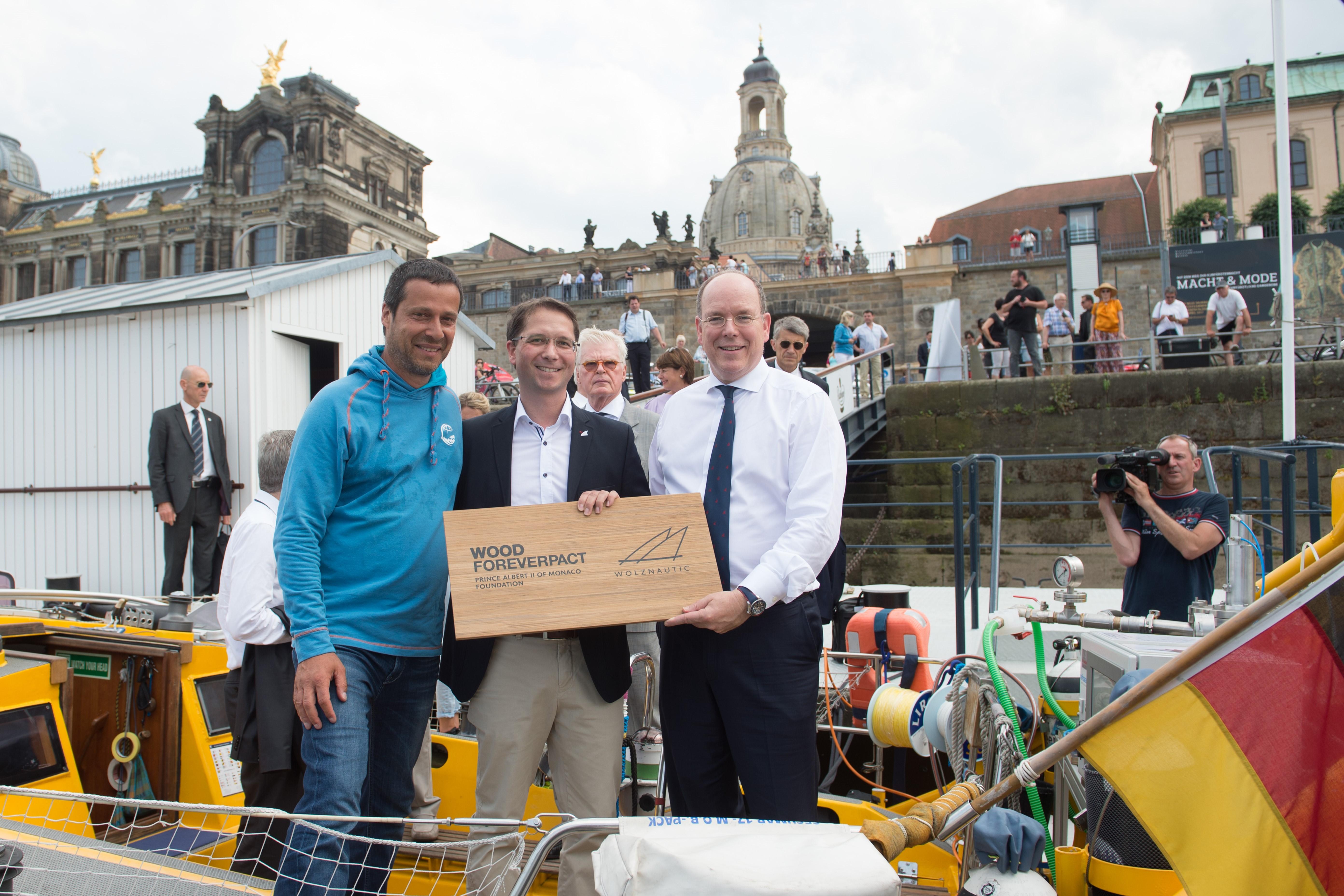 """Bild: Auf der """"Aldebaran"""" mit S.D. Fürst Albert II von Monaco, Frank Schweikert (links) und André Hofmann (Mitte). Foto: Deutsche Meeresstiftung/Kahnert."""